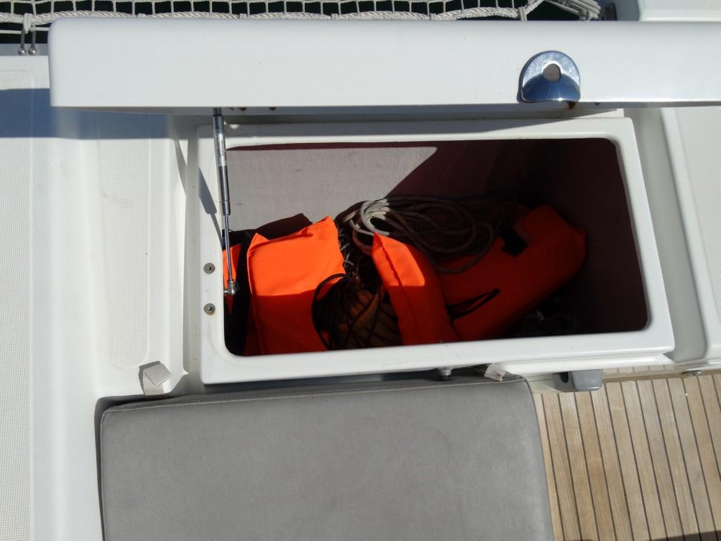 02 lifejackets, ashortment ropes